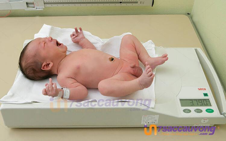 Vòng tay phụ sản được đeo lên tay bé khi chào đời