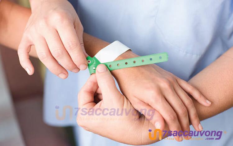 Sau khi nhập biện, bệnh nhân sẽ được đeo vòng đeo tay bệnh viện.