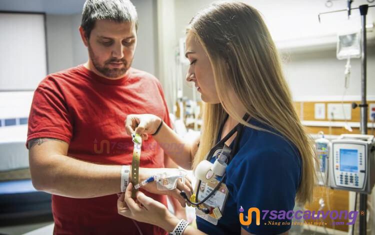 Các lý do bệnh viện cần sử dụng vòng tay nhựa y tế.
